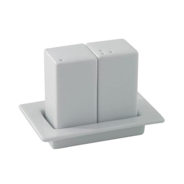 ensemble-sel-poivre-sur-plateau-en-porcelaine-blanche